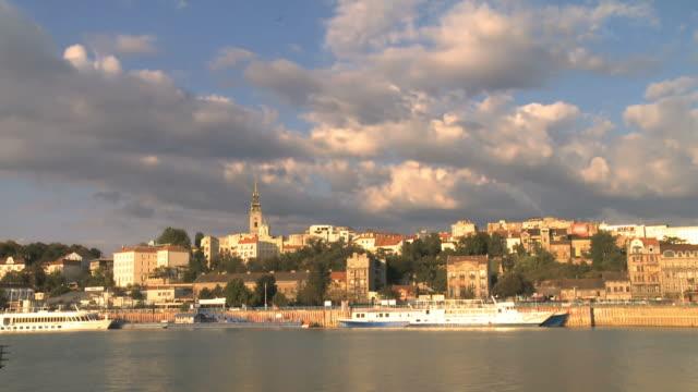 belgrade serbia old city river sava sunset cloud timelapse - sırbistan stok videoları ve detay görüntü çekimi