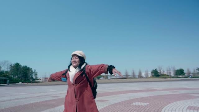 jag tror att jag kan flyga - aktiva pensionärer utflykt bildbanksvideor och videomaterial från bakom kulisserna