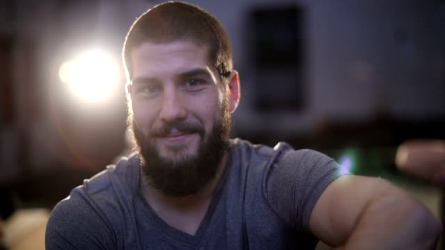 tro på dig själv - skägg bildbanksvideor och videomaterial från bakom kulisserna