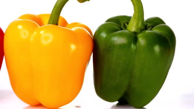 vídeos de stock e filmes b-roll de bell pepper white background dolly shot - red bell pepper isolated