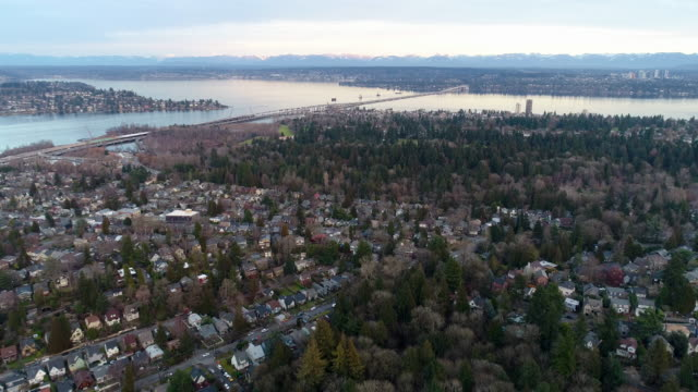 bellevue seattle montlake lake washington cascade mountains aerial landschaft - stadtviertel stock-videos und b-roll-filmmaterial