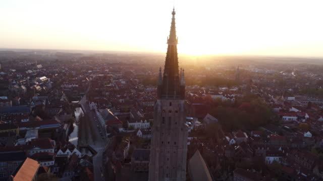 vídeos de stock, filmes e b-roll de campanário, no brilho do sol - sol nascente horizonte drone cidade