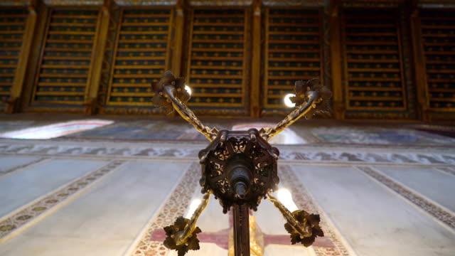 シチリア島パレルモの大聖堂の内部キャンドル ホルダーの下 - モンレアーレ点の映像素材/bロール