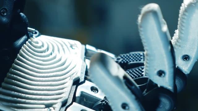 vídeos de stock e filmes b-roll de bending and unbending of fingers of a cybernetic arm - membro