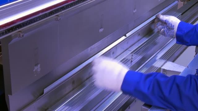 Buigen van aluminium profiel op industriële machine in de fabriek. video