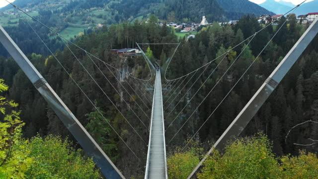 benni raich suspension bridge - банджи джампинг стоковые видео и кадры b-roll