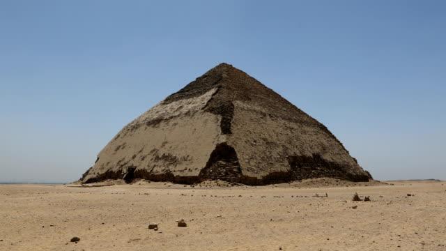 bent pyramid på dahshur, kairo, egypten - pyramidform bildbanksvideor och videomaterial från bakom kulisserna