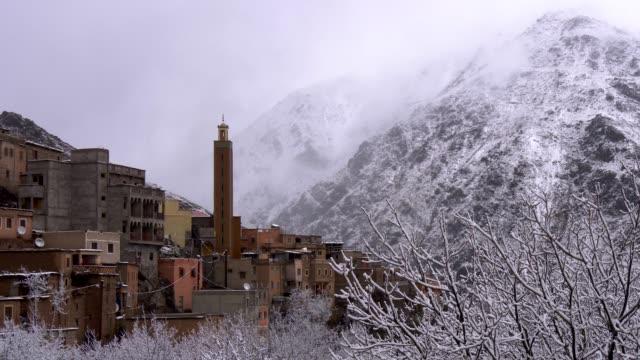 berberdorf in hohen atlas-bergen, marokko. schneebedeckte bäume - tradition stock-videos und b-roll-filmmaterial
