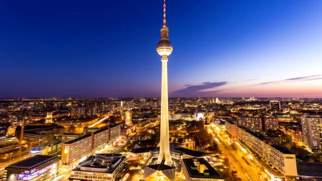 vídeos y material grabado en eventos de stock de berlín alexanderplatz con torre de tv, lapso de tiempo - berlín