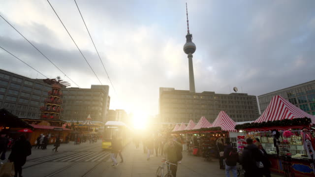 berlin alexanderplatz with tv tower, time lapse - weihnachten filmów i materiałów b-roll