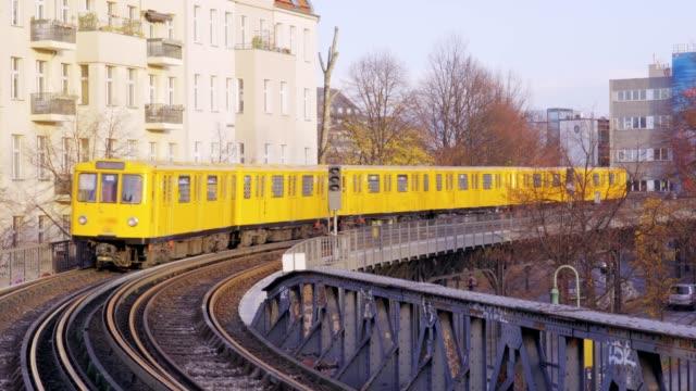 berlin sevärdheter - subway ikoniska oberbaum bron - berlin city bildbanksvideor och videomaterial från bakom kulisserna