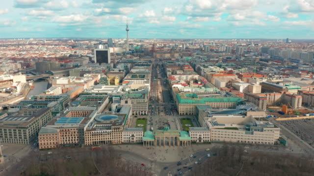 BERLIJN, DUITSLAND-28 MAART, 2019. De lucht mening van Berlijn Brandenburger poort met stadsverkeer video