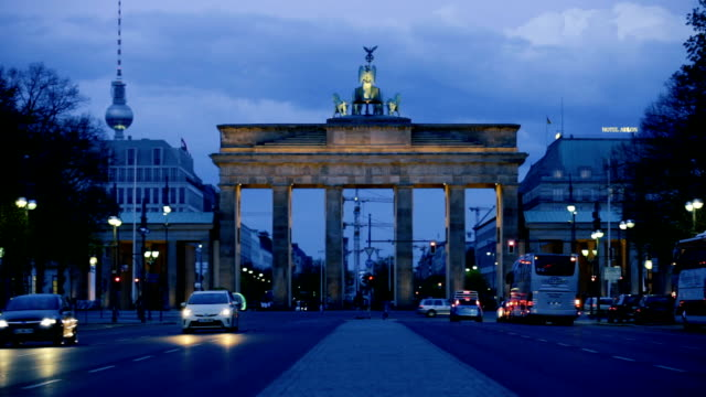 berlin-brandenburg gate bridge bei nacht - berlin brandenburger tor blurred stock-videos und b-roll-filmmaterial