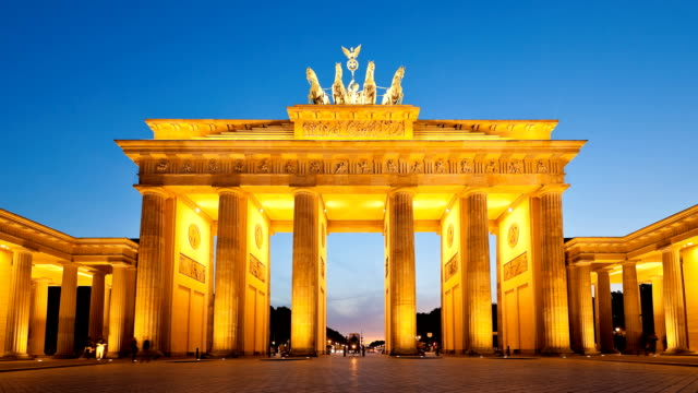 timelapse berlin brandenburg gate sonnenuntergang - berlin brandenburger tor blurred stock-videos und b-roll-filmmaterial