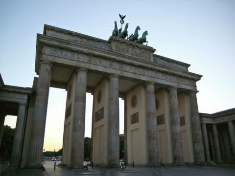 vídeos de stock e filmes b-roll de portão de brandemburgo, berlim, time lapse do dia à noite - berlin wall