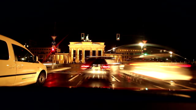 berlin in der nacht, zeitraffer - berlin brandenburger tor blurred stock-videos und b-roll-filmmaterial