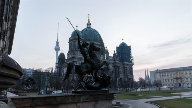 berlins katedral (berliner dom) soluppgång timelapse - dom bildbanksvideor och videomaterial från bakom kulisserna