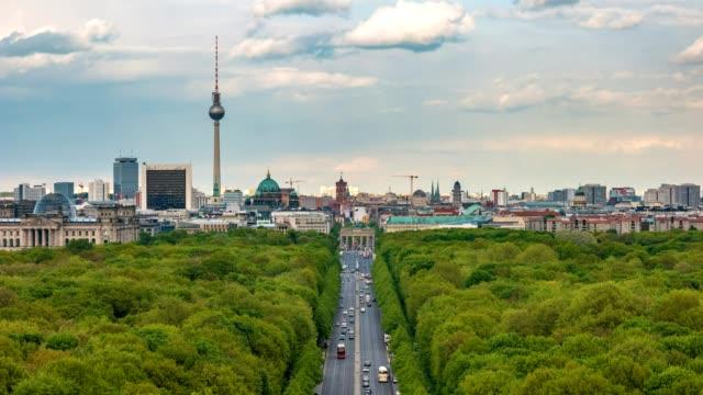 berlin city skyline timelapse med berlins tv-torn och tier trädgård, berlin, tyskland, 4k-tidsfördröjning - berlin city bildbanksvideor och videomaterial från bakom kulisserna