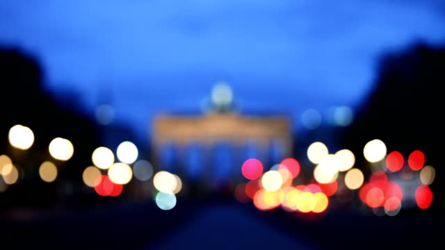 berlin skyline bei nacht - berlin brandenburger tor blurred stock-videos und b-roll-filmmaterial