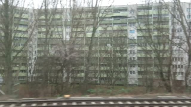 vídeos de stock e filmes b-roll de berlin cityscape from train - berlin wall