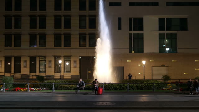 berlin-brunnen in der nacht. 4 k - berlin brandenburger tor blurred stock-videos und b-roll-filmmaterial
