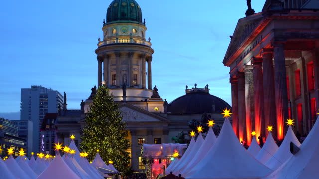 Berlin Gendarmenmarkt at Christmas Time, panning Berlin Gendarmenmarkt at Christmas Time weihnachten stock videos & royalty-free footage