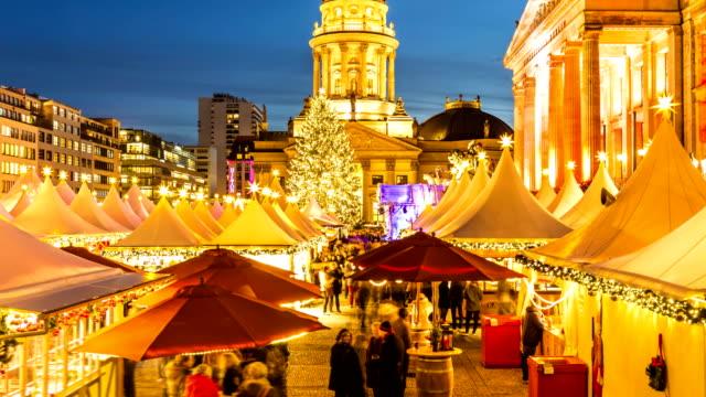 berlin gendarmenmarkt zur weihnachtszeit - weihnachtsmarkt stock-videos und b-roll-filmmaterial