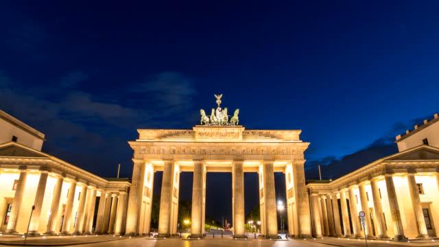 vídeos y material grabado en eventos de stock de lapso de tiempo de alemania berlín 4k, día del horizonte de la ciudad para timelapse noche en puerta de brandenburgo (brandenburger tor) - berlín