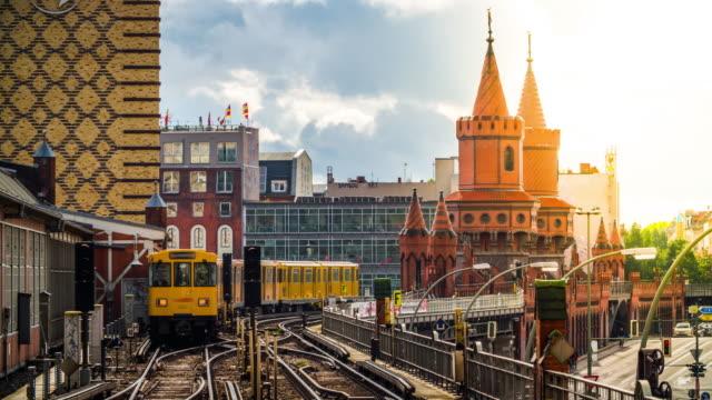 berlin tunnelbana tåg anländer till stationen oberbaumbrücke, tyskland - berlin city bildbanksvideor och videomaterial från bakom kulisserna