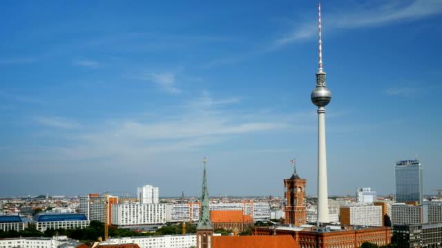 Schwenken die Skyline von Berlin Mitte im Spätsommer (4 k UHD zu/HD) – Video