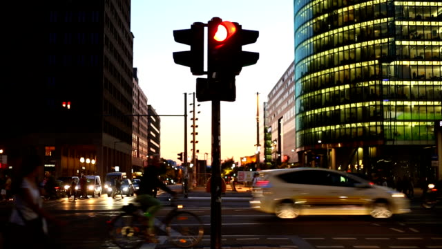 berlin potsdamer platz by sunset, time lapse - segnale per macchine e pedoni video stock e b–roll