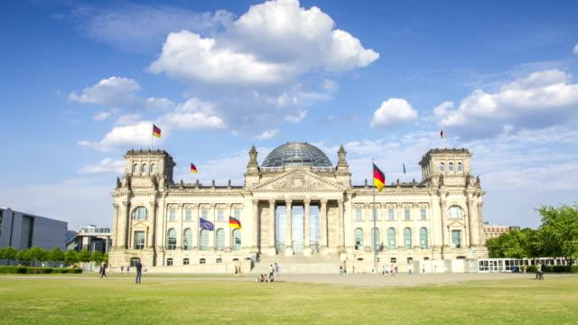vidéos et rushes de laps de temps de 4k de reichstag de berlin de bâtiment du parlement allemand - démocratie