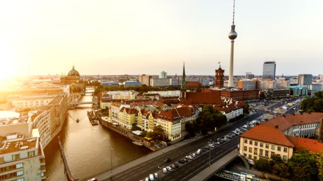 夕暮れ時のベルリンのスカイライン、タイムラプス ビデオ