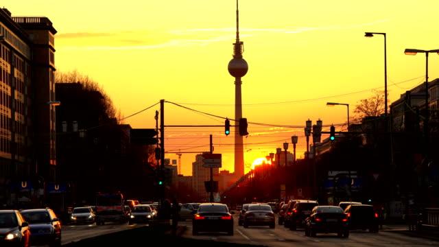 berlins stadssiluett i solnedgången, tidsinställd - berlin city bildbanksvideor och videomaterial från bakom kulisserna