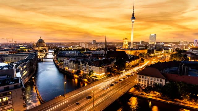 vídeos de stock e filmes b-roll de berlin skyline at sunset, time lapse - alemanha