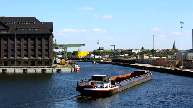 Berliner Skyline mit Industriehafen – Video