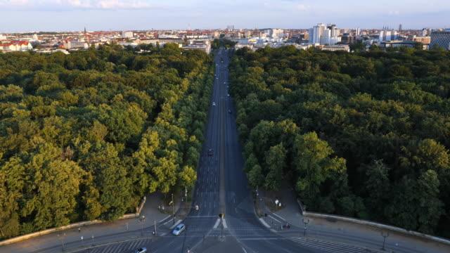 vídeos y material grabado en eventos de stock de calle de berlín, parque y horizonte en el crepúsculo - avenida