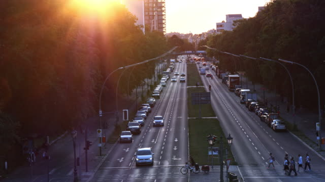 vídeos y material grabado en eventos de stock de calle, parque y tren de berlín en el crepúsculo - avenida