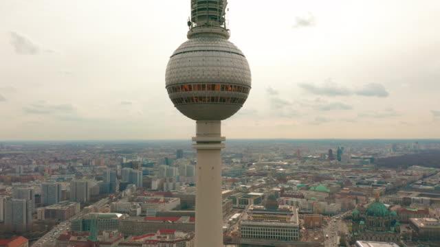 vídeos y material grabado en eventos de stock de torre de televisión de berlín super cierre durante un día nublado, vista aérea - berlín