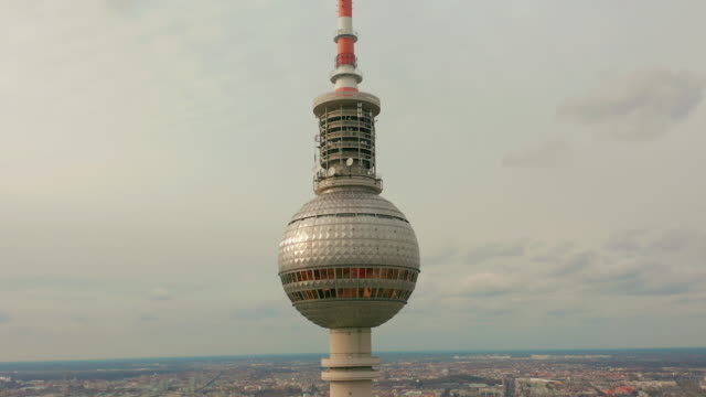 vídeos y material grabado en eventos de stock de berlín, alemania-28 de marzo de 2019. torre de televisión de berlín super cierre durante un día nublado, vista aérea - berlín