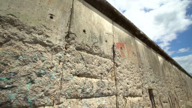 vídeos de stock e filmes b-roll de berlin wall, panning - berlin wall