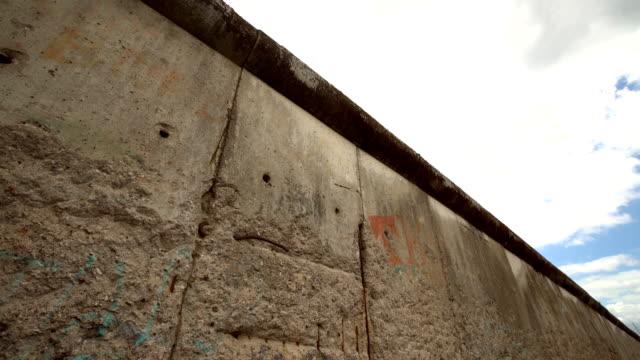 vídeos de stock e filmes b-roll de berlin wall, time lapse - berlin wall