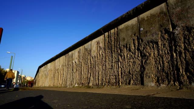 vídeos de stock e filmes b-roll de berliner mauer mit wachturm / berlin wall and watchtower - berlin wall