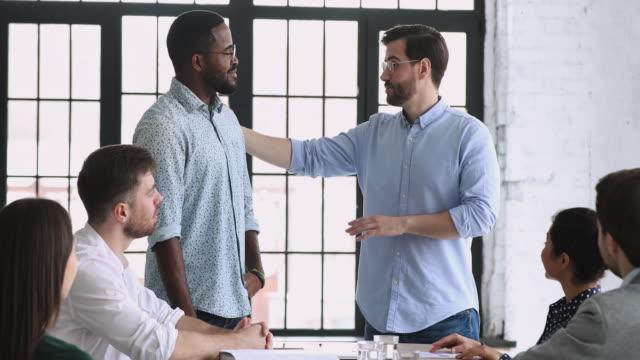 stockvideo's en b-roll-footage met beste afrikaanse mannelijke werknemer krijgt beloond op teamvergadering - bewondering