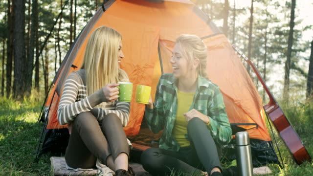 最高のキャンプの女性の友人 ビデオ