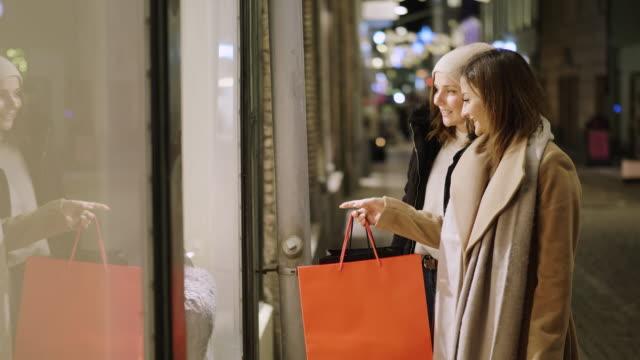 beste freunde sind schaufensterbummel für weihnachtsferien - schaufenster stock-videos und b-roll-filmmaterial