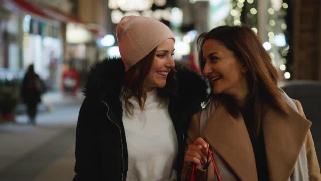 bästa vänner är fönster shopping för jullovet - gothenburg bildbanksvideor och videomaterial från bakom kulisserna