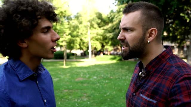 vídeos de stock e filmes b-roll de best friends arguing - brigar