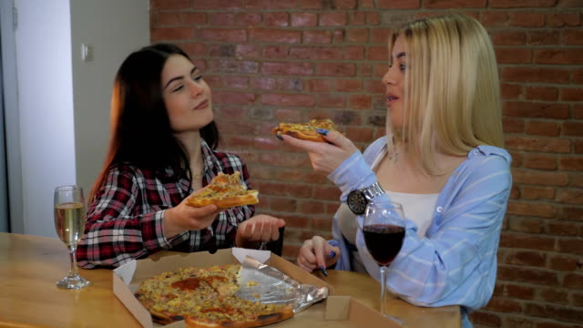 bästa vänner äter pizza inomhus - wine box bildbanksvideor och videomaterial från bakom kulisserna