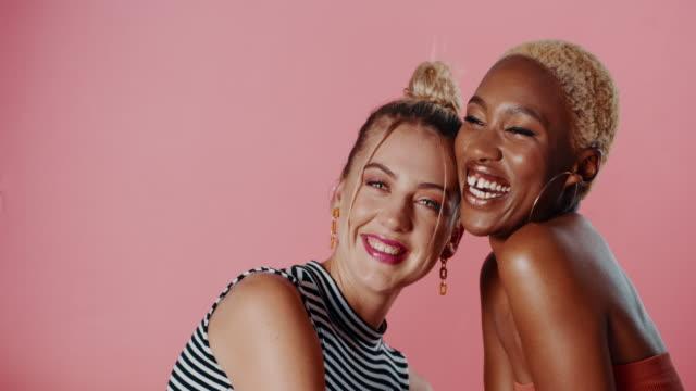 vídeos y material grabado en eventos de stock de mejores amigos de por vida - feminidad